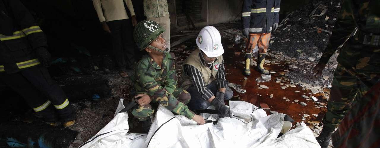 Alrededor de 120 personas murieron y otras cien resultaron heridas en el incendio que se desató anoche en una fábrica textil de ocho plantas, situada en las cercanías de Dacca, la capital de Bangladesh.