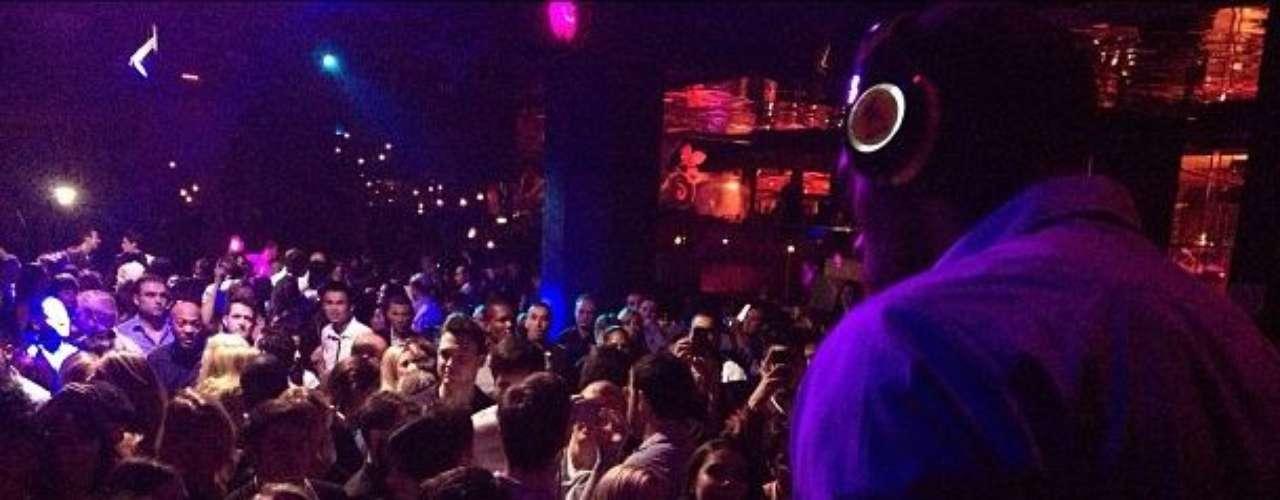 Bolt no paró de compartir su música en la fiesta.