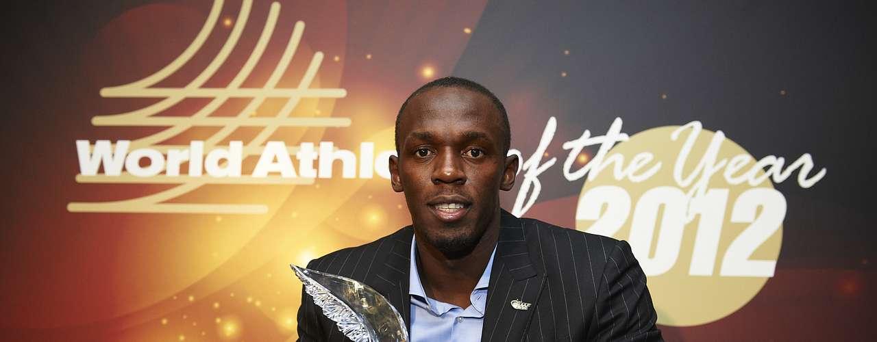 Bolt posó con su premio pensando dónde ir a celebrarlo después.