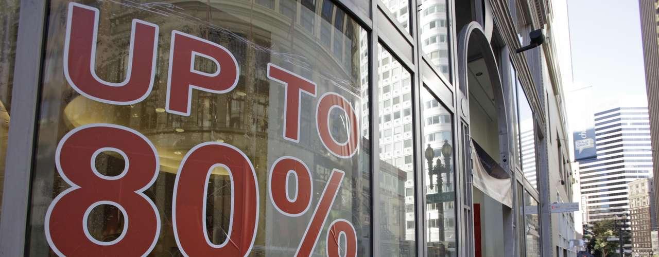 Ya que el gasto consumidor supone el 70% de la actividad económica en Estados Unidos, convencer a los consumidores estadounidenses para que abran con alegría sus carteras en la temporada navideña es clave.