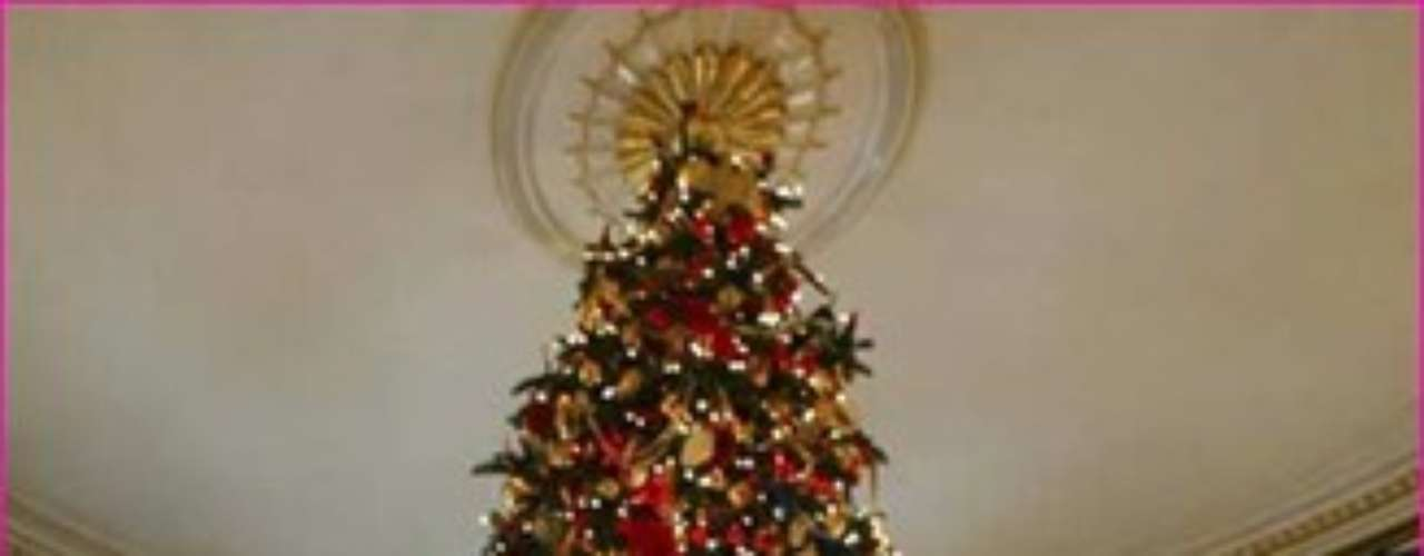 Te damos diferentes opciones para que elijas entre ellas las mejores ideas que más te agraden y favorezcan el decorado de tu arbolito navideño.