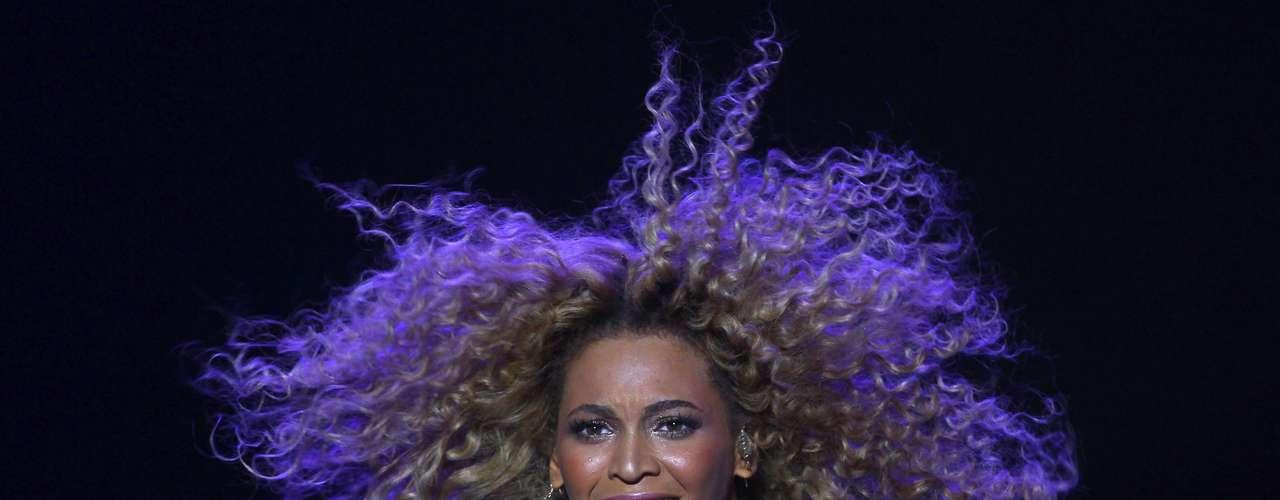 Beyoncé cada que da un show siempre enseña mucha piel y sobre todo, agradecemos que muestre sus curvas