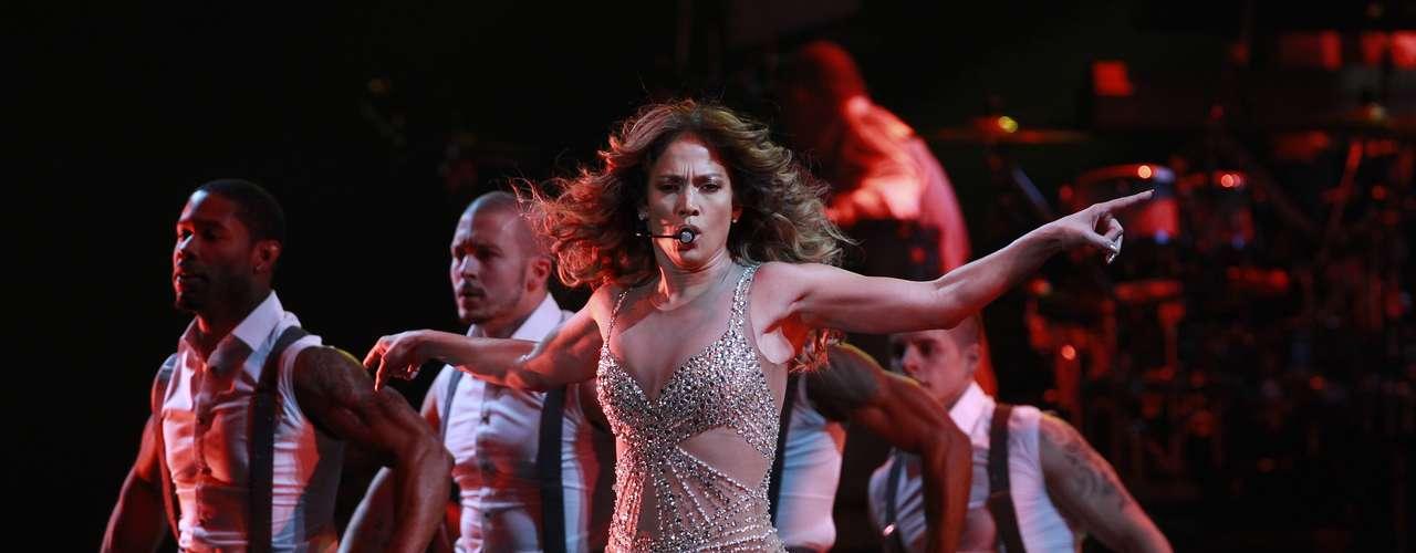 Jennifer López es sinónimo de sensualidad y pasión sobre el escenario, así quedó comprabado con las candentes imágenes del espectáculo que realizó el 24 de noviembre en Shanghai, China, en las cuales haciendo gala de un ajustado \