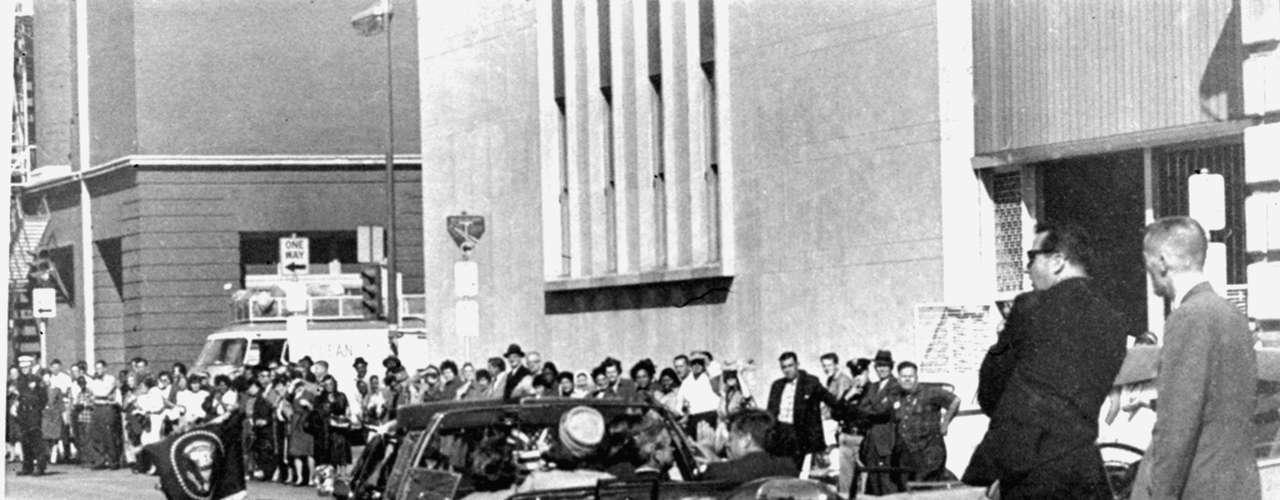 Aquel 22 de noviembre de 1963, Hill se movilizaba en el auto que iba detrás de la limousina presidencial. Había llovido, recuerda, y habían evaluado si el presidente usaría el auto descapotable, que finalmente usó.