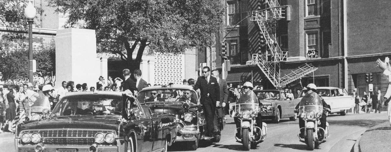 Jackie Kennedy solo dejó a aferrar la cabeza del presidente cuando Clint Hill se quitó la chaqueta y envolvió en ella la cabeza llena de sangre.