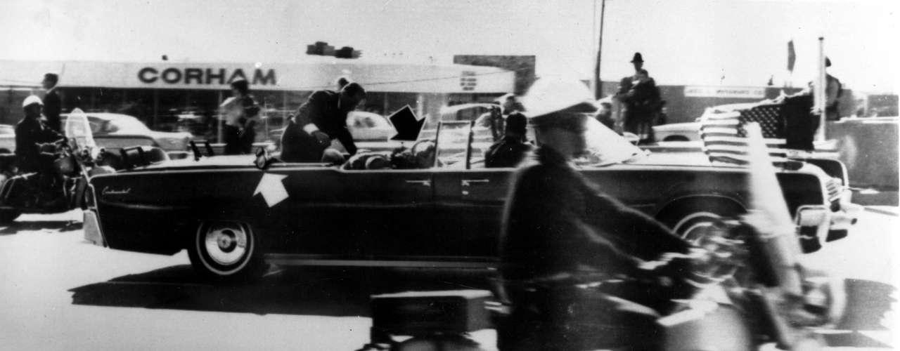 Al momento del primer disparo, Clint Hill iba mirando el césped en la plaza por donde se movilizaba el convoy de autos. Al darse vuelta, vio al presidente John F. Kennedy llevarse la mano a la cabeza y fue en ese momento en que se lanzó sobre el vehículo.