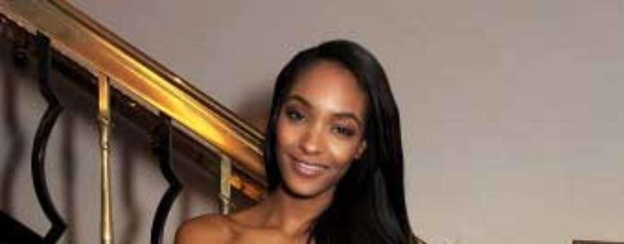 Esta semana dos ángeles de Victoria's Secret nos dieron la sorpresa de volver a aparecer en nuestro recuento semanal de moda. Una de ellas es Jourdan Dunn quien destacó por este sexi atuendo metalizado. El color dorado sin duda es uno de los aliados de estilo de esta guapa joven.