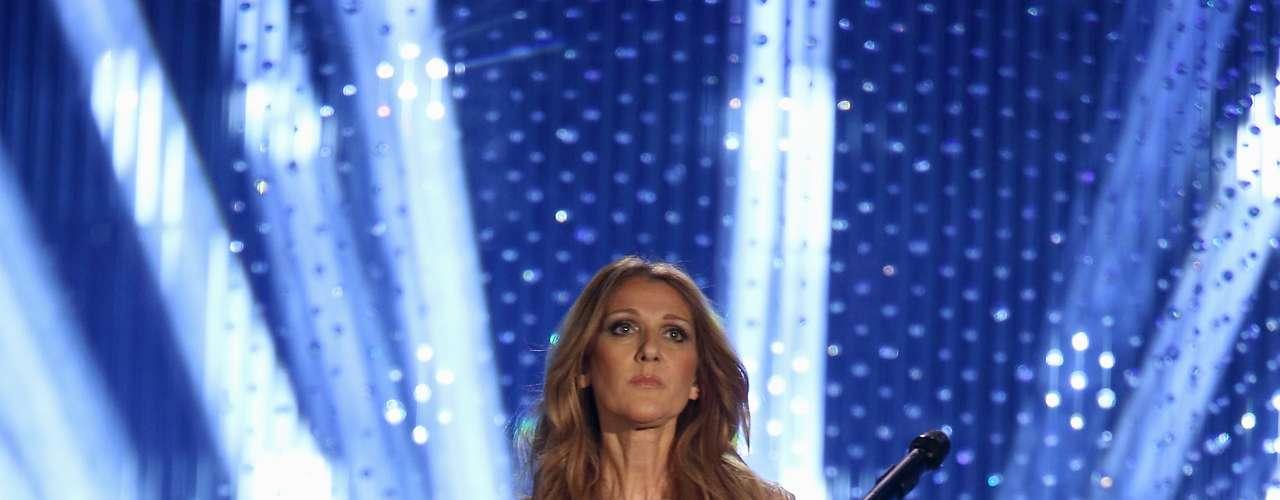 Este look en gris metálico es ideal para Celine Dion pues destaca el tono de su piel y sus facciones. Por otro lado, aunque lleva ciertas transparencias el vestido no resulta demasiado revelador.