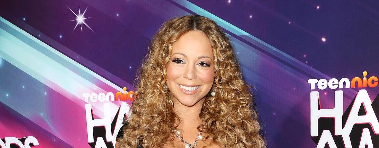 Otra que también vistió de negro fue Mariah Carey. Ella prefirió llevar un atuendo de escote pronunciado en tela satinada. Sus grandes curvas quedaron de manifiesto y su look  no fue un total desacierto ya que el color estilizó su figura.
