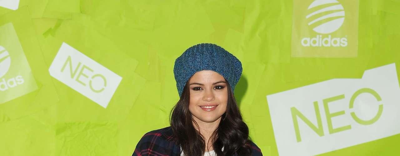 Selena Gomez será la imagen de Adidas en 2012, aunque esta semana la vimos con un look poco habitual. Lo único que podemos destacar de su outfit es su gorrito invernal.