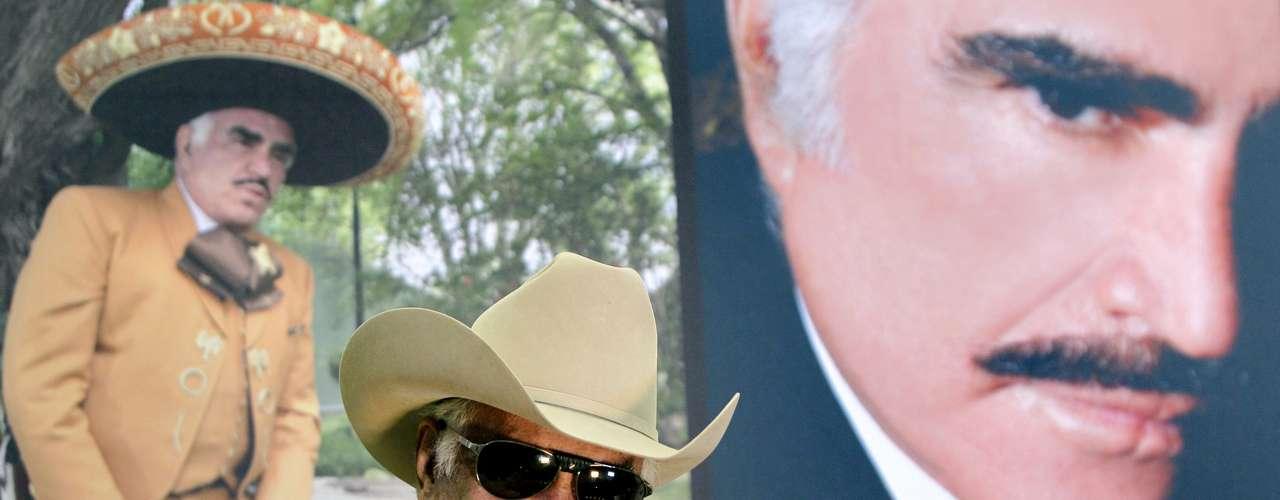 Vicente Fernández saluda vigorosamente, durante una rueda de prensa en su rancho, ubicado en el estado mexicano de Jalisco, donde anunció que se recupera favorablemente de la cirugía en la que le extirparon un tumor cancerígeno del hígado a principios de noviembre en la ciudad de Chicago. Con este anuncio se espera que el músico pueda continuar pronto con los conciertos de su gira de despedida.