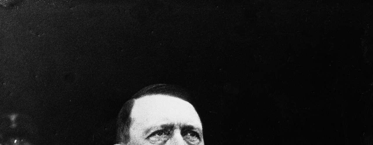 Adolf Hitler. El cadáver parcialmente cremado de Adolf Hitler que se suicidó junto a su esposa Eva Brown en 1945- fue desenterrado por las fuerzas soviéticas invasoras de su sepultura inicial en Berlín, la capital alemana, antes de ser trasladado en varias ocasiones.