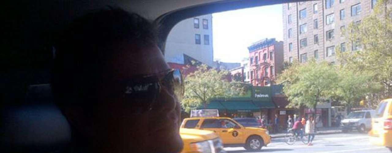 Alejandro Sanz posa desde su auto mientras recorre las calles de Soho en Nueva York.