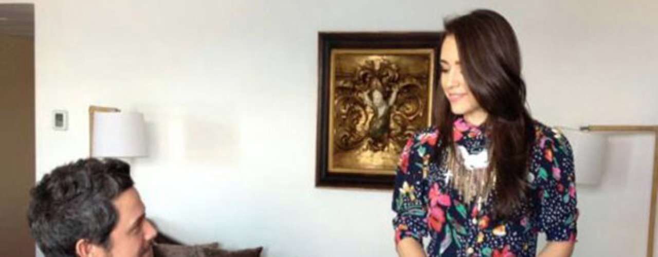 La artista brasileña Roberta Sá conversa con Alejandro Sanz mientras él interpreta unas notas en el piano.