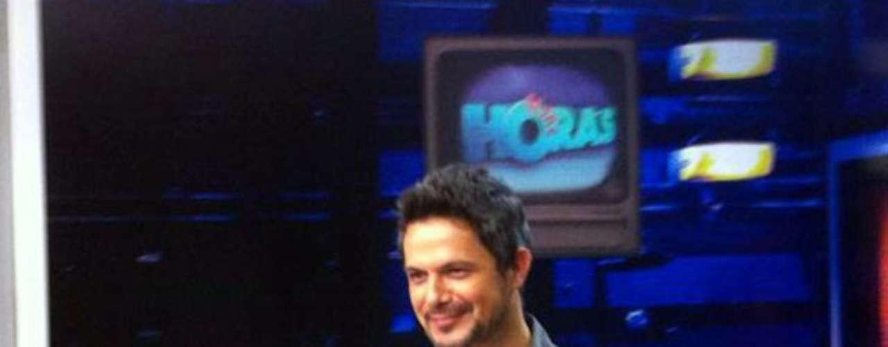 El cantante español alegre justo antes de grabar su participación en el programa \