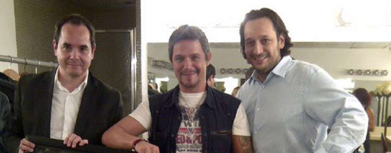 El músico muestra al mundo el disco de platino que le otorgaron en Colombia.