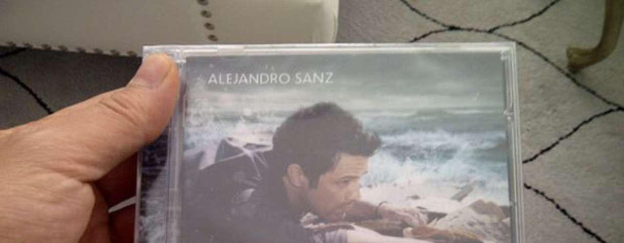 Alejandro Sanz se fotografió con un ejemplar en la mano de su nuevo álbum \