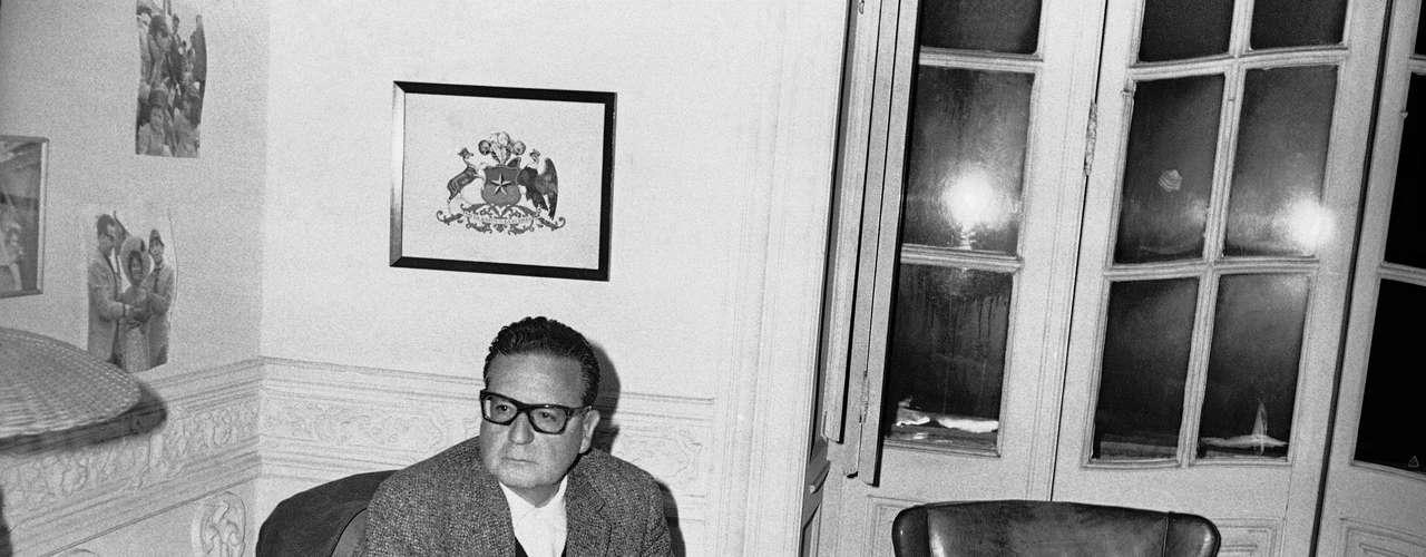 Pero no fue la primera exhumación de su cuerpo: en 1990, poco después de finalizar el régimen de Pinochet, el cadáver de Allende fue trasladado de su entierro clandestino en un panteón de Viña del Mar al Cementerio General. Esa operación se llevó a cabo de noche y casi en secreto.