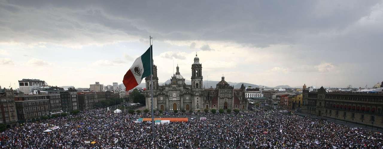 Felipe Calderón, el 'presidente del empleo' de México, entregará este 1 de diciembre un país sumido entre variadas críticas y opiniones, principalmente por su lucha antinarco. El sexenio Calderón quedará atrás y la historia misma lo juzgará. Pero lo que importa ahora a los mexicanos es la nueva esperanza que representa Enrique Peña Nieto y las promesas por cumplir.