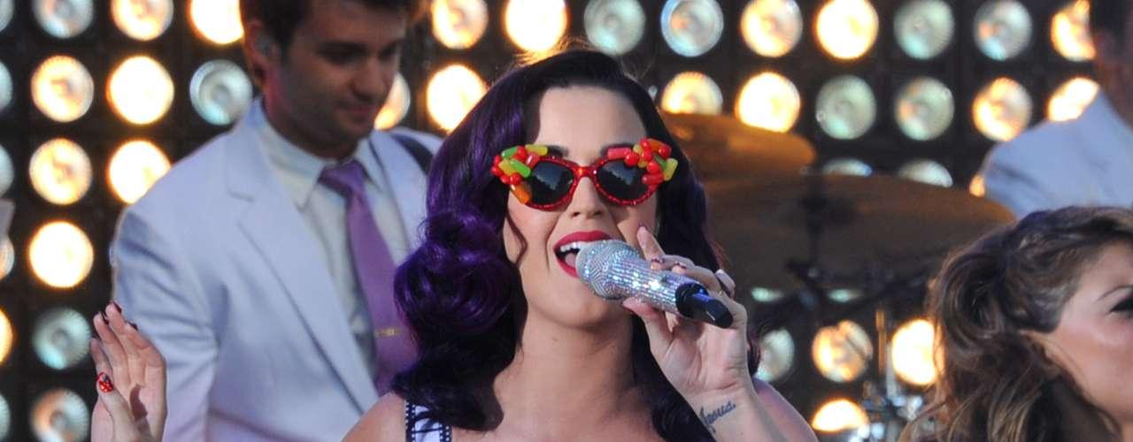 Katy Perry le pone un toque divertido a esta peculiar moda, pues disfraza la prenda de manera temática en el escenario.