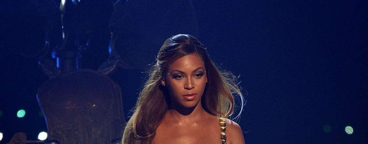 Beyoncé se robó el show luciendo un pequeño brasier dorado al momento de realizar su performance en los \