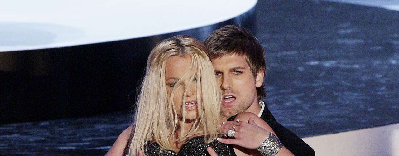 Britney Spears no se conforma con cantar en pequeña lencería, pues le gusta que sus bailarines toquen su mercancía.