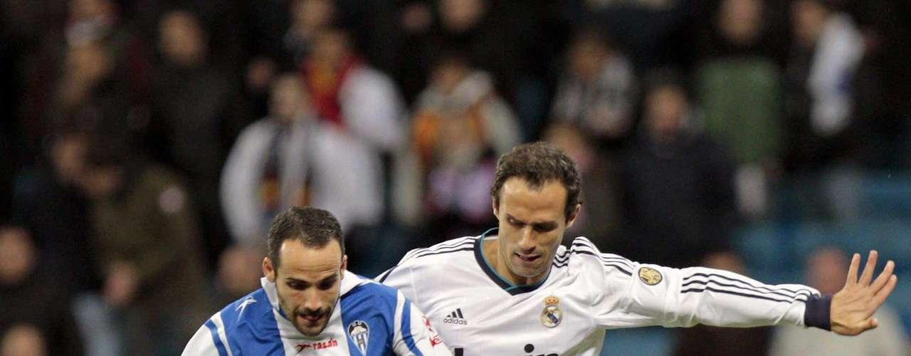 El defensa portugués del Real Madrid, Ricardo Carvalho pelea un balón con el centrocampista del Alcoyano Omar Sampedro