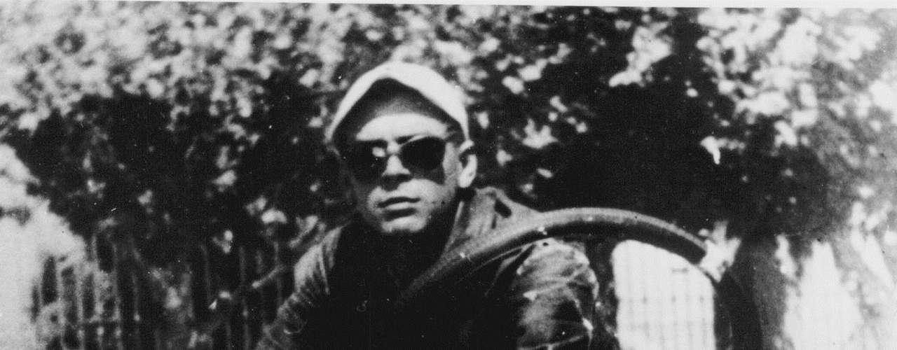 En 1997 unos investigadores encontraron sus restos en Vallegrande, Bolivia. Fueron trasladados a Cuba y colocados en un mausoleo construido especialmente en Santa Clara, donde descansan los restos de Guevara y de otros 29 guerrilleros.