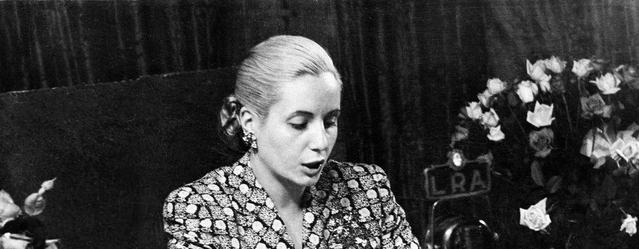 Martínez reporta en su libro varias de las exhumaciones que se le hicieron al cuerpo de Evita en diferentes oportunidades. En ellas se indicó que, en algún momento después de su muerte, el cuerpo de la líder argentina fue golpeado con martillos y abusado sexualmente.