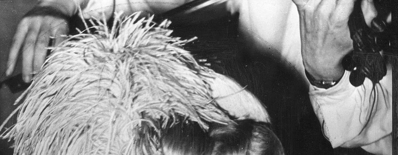 En su libro de 1995, Santa Evita, Tomás Eloy Martínez hace un recuento del camino que recorrió el cuerpo de la exprimera dama. Pasó por Milán, Italia, donde posaba como el de una monja. Y también estuvo en Madrid, España, donde Perón -que estaba exiliado allí- lo guardó durante dos años en su casa.