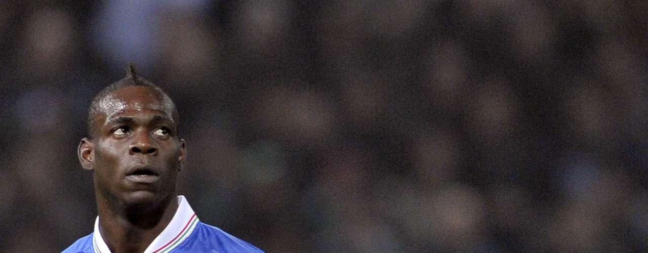 Mario Balotelli le imprime vértigo y juventud al ataque italiano. El controvertido delantero del Manchester City, figura en la última Eurocopa (donde Italia perdió la final con España), tiene grandes chances de brillar en la competición siempre y cuando su personalidad no afecte su rendimiento deportivo y pueda mantener una cierta disciplina.