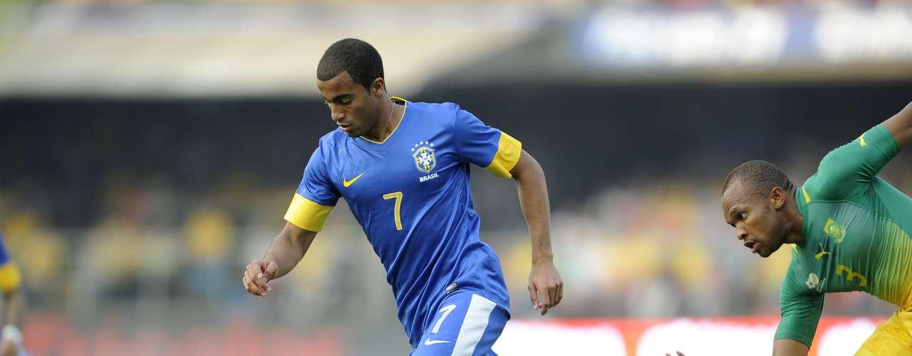 Lucas, que jugará en la liga francesa el próximo año tras una transacción millonaria con el Paris Saint Germain, es señalado como uno de los principales jugadores de la nueva generación del fútbol brasileño por su gran habilidad, capacidad y técnica.