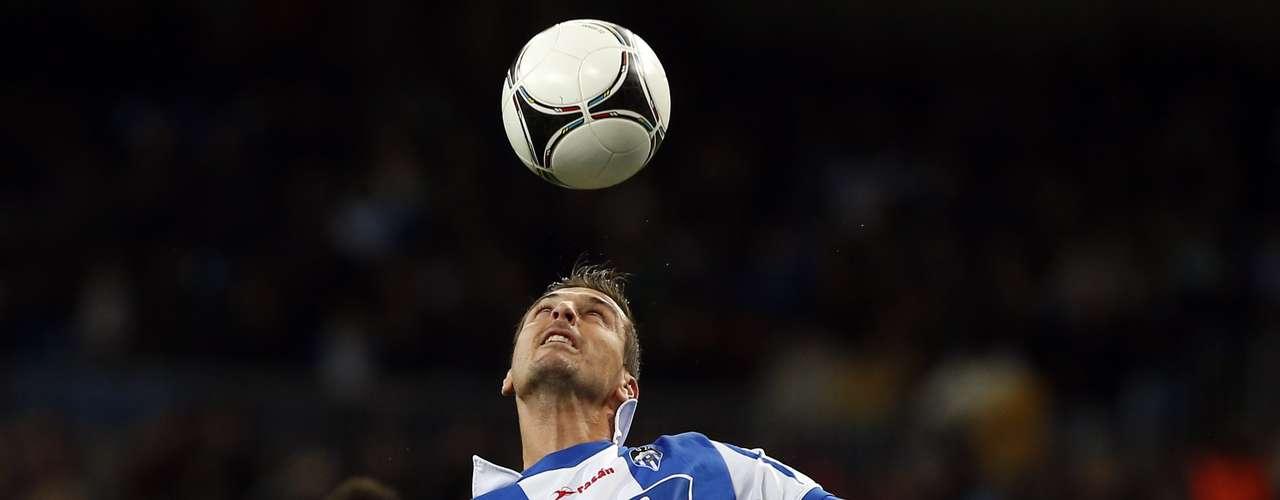 Real Madrid's Alvaro Morata ( L ) fights for the ball with Alcoyano's Oscar Lopez. REUTERS/Juan Medina