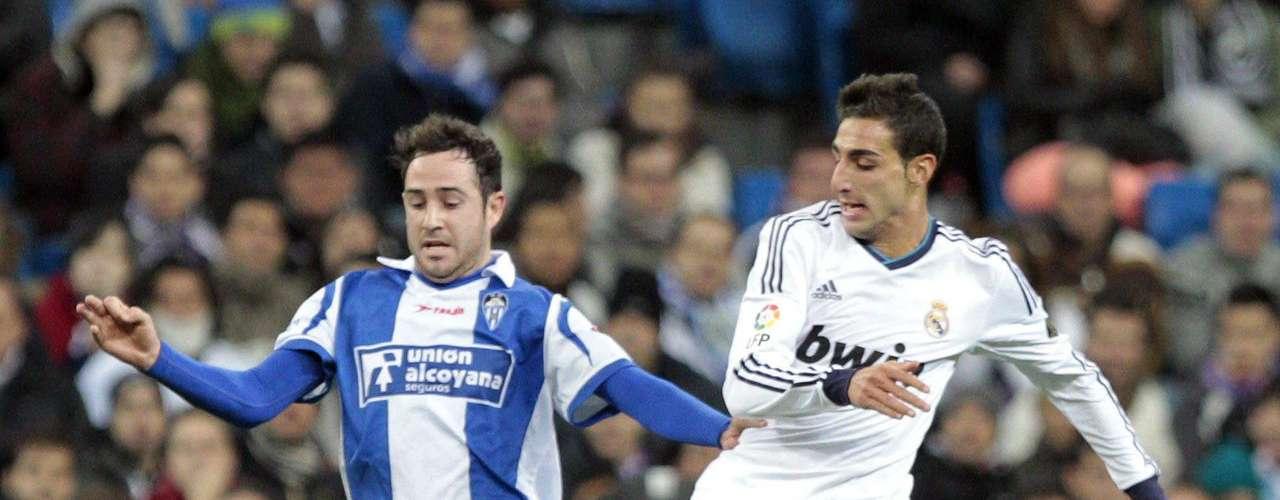 El centrocampista del Real Madrid José Rodríguez y el delantero del Alcoyano Kike Tortosa luchan por el balón