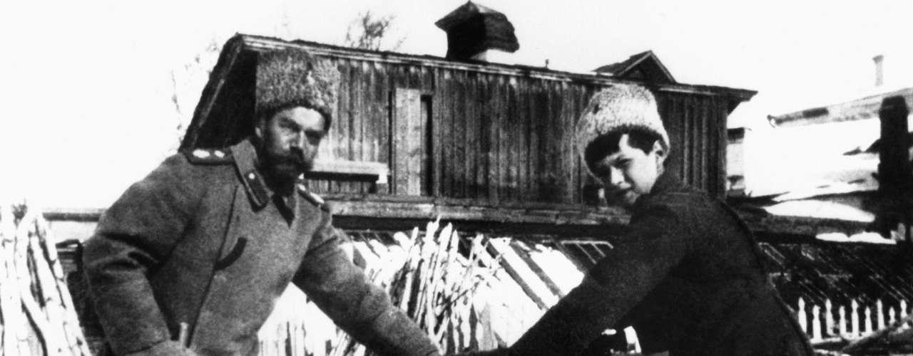 Nicolás II perdió el poder en la Revolución Bolchevique en 1917. Cuando buscaba exilio en Reino Unido, el exemperador fue ejecutado junto con su familia el 17 de julio de 1918.