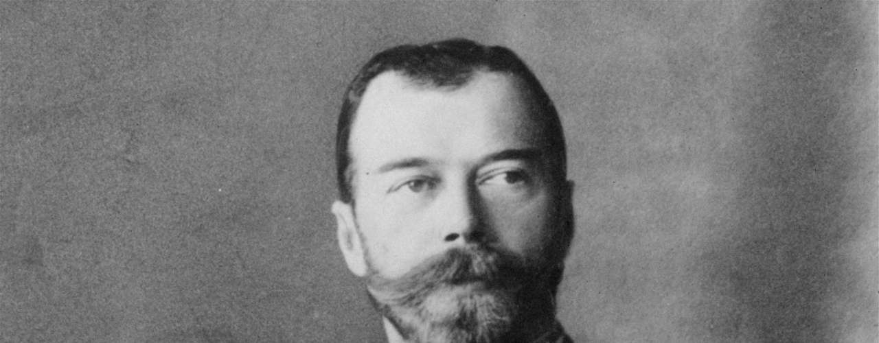 Nicolás II de Rusia. El último zar del imperio ruso fue líder del ejército en la Primera Guerra Mundial, Gran Duque de Finlandia y Rey de Polonia. También estuvo detrás de la Tragedia de Khodynka en 1896 y del Domingo Sangriento, en 1905.
