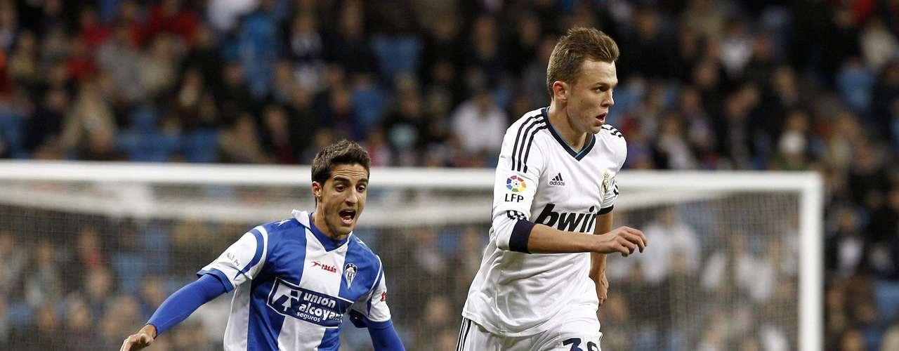 El centrocampista del Real Madrid Denis Dmitriyevich Cheryshev controla el balón ante el defensa del Alcoyano Arkaitz Perez