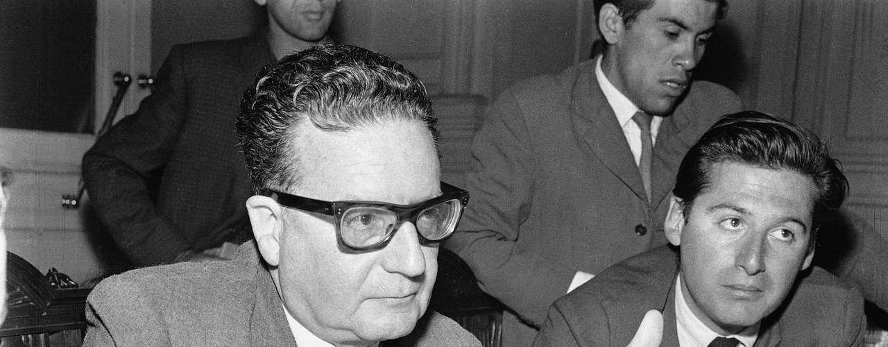 La diligencia fue ordenada como parte de un proceso judicial que busca aclarar las causas de su muerte en 1973, durante el golpe de Estado de Pinochet, para averiguar si se suicidó o fue ejecutado durante el golpe de Estado de 1973.