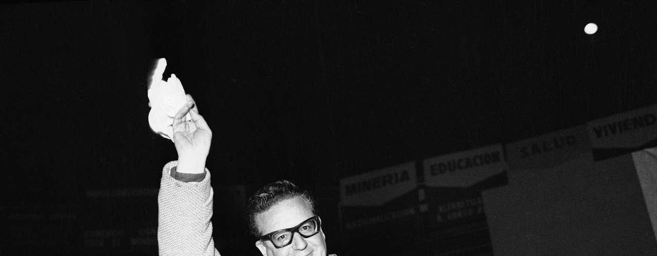 Según la versión oficial, aceptada por su familia, Allende se suicidó con un fusil que le había regalado Fidel Castro.