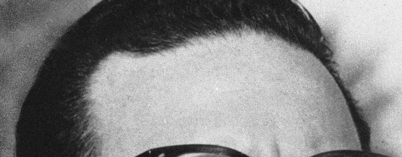 Salvador Allende. Allende fue hallado muerto en su despacho el 11 de septiembre de 1973 durante un asalto militar al palacio presidencial comandado por Augusto Pinochet. Casi 38 años después de su muerte, en mayo de 2011 la exhumación de los restos del expresidente chileno Salvador Allende acaparó la atención en Chile y en el mundo.
