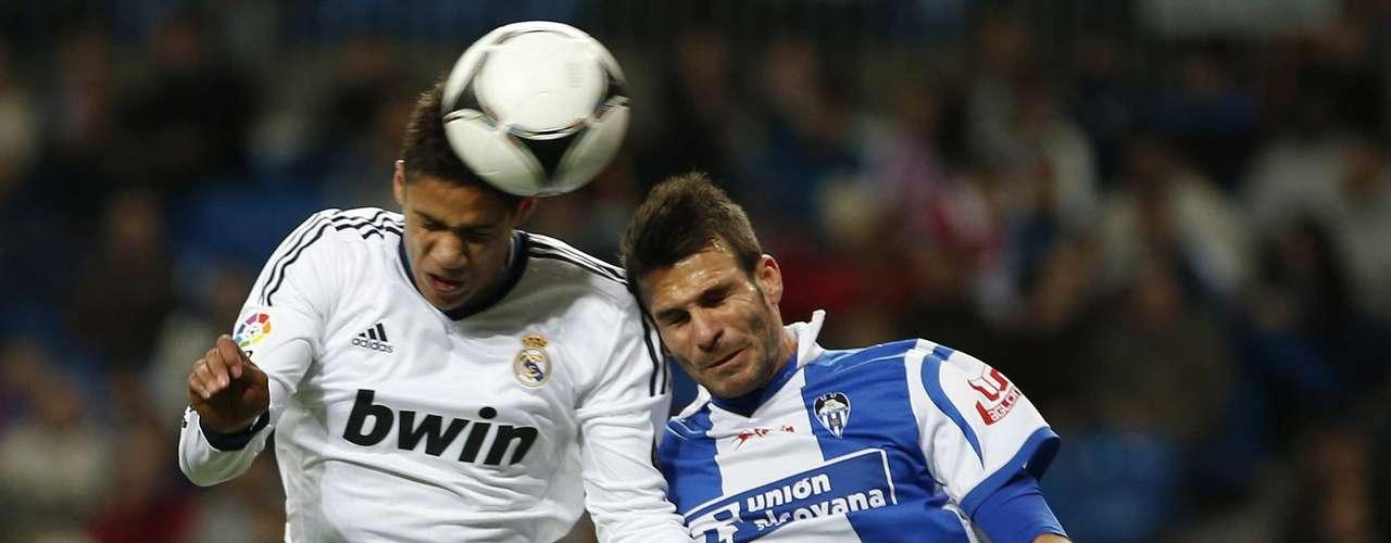 El jugador del Real Madrid Varane lucha con Javi Selvas