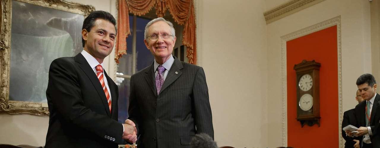 Peña Nieto también visitó el Congreso, donde se reunió con la líder representante demócrata Nancy Pelosi, con el jefe de la mayoría también demócrata en el Senado, Harry Reid, y el senador republicano Mitch McDonnell. (Fuente: AFP)