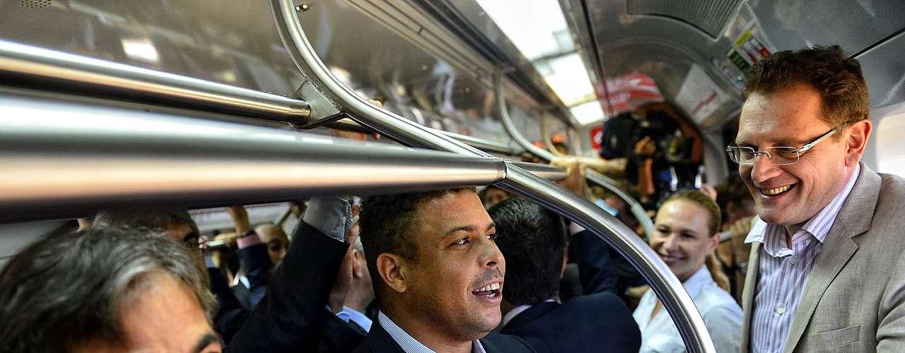 Valcke, Ronaldo y el resto de la comitiva de la FIFA se colocaron en el vagón del metro.