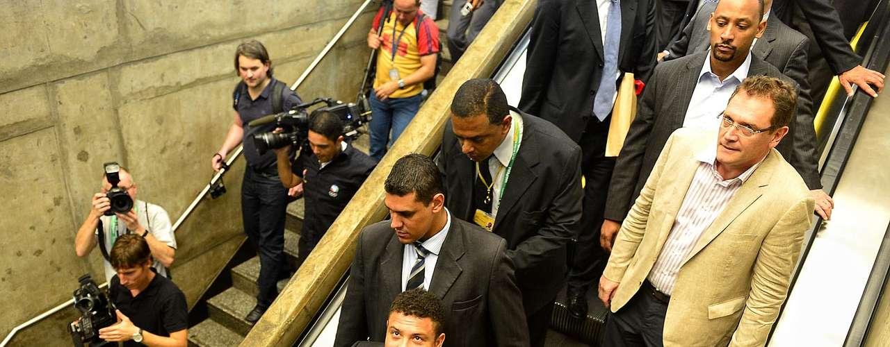 Intentando mantener la simpatía, Ronaldo y Bebeto sonrieron para los pasajeros que estaban en la estación Corinthians/Itaquera.