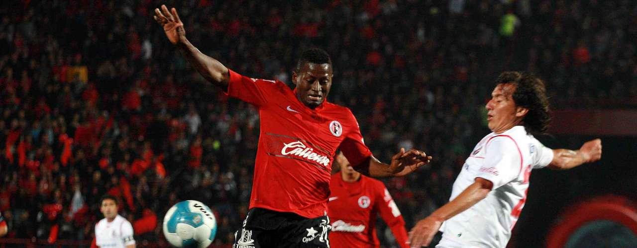 Duvier Riascos vivió de todo en el inicio del partido de la jornada 8 del Clausura 2012, al minuto 1 le anularon un gol, después estrelló un balón en el poste y enseguida aportó una asistencia para que Joe Corona abriera el marcador al 15.