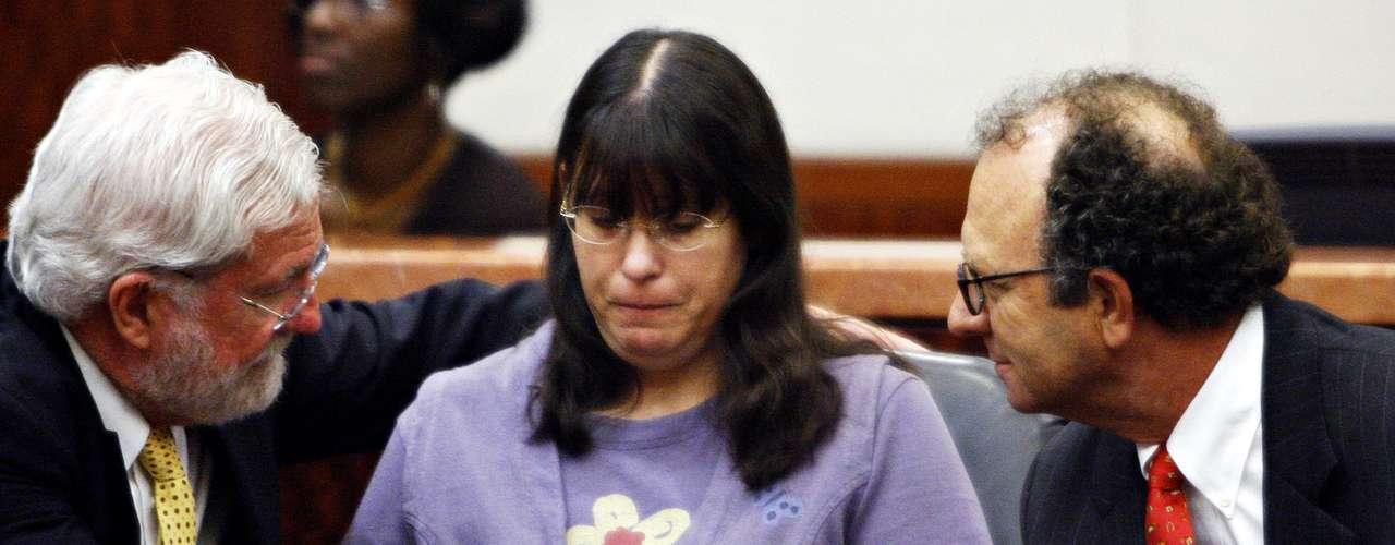 Un horrendo caso sacudió a Texas en junio del 2001 cuando se dio a conocer que una madre identificada como Andrea Yates, quien padecía de depresión y psicosis postparto, mató a sus cinco hijos. Noah de siete años, John de cinco, Paul de tres, Luke de dos y Mary de tan sólo tres meses murieron ahogados en la bañera de su casa. Tras cinco años de prisión, en enero del 2006 fue declarada inocente al argumentar problemas de salud mental. Yates fue internada en el hospital para enfermos mentales 'Vernon Campus'.