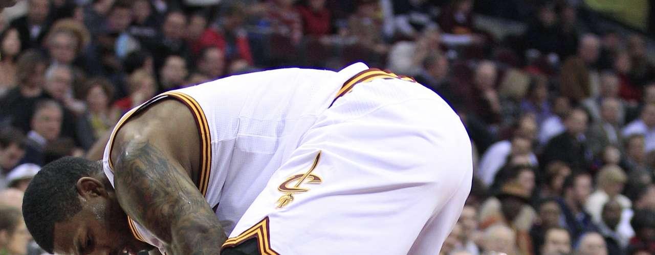 Michael Beasley (der.) de los Suns le peleó con fuerza una pelota a Alonzo Gee.