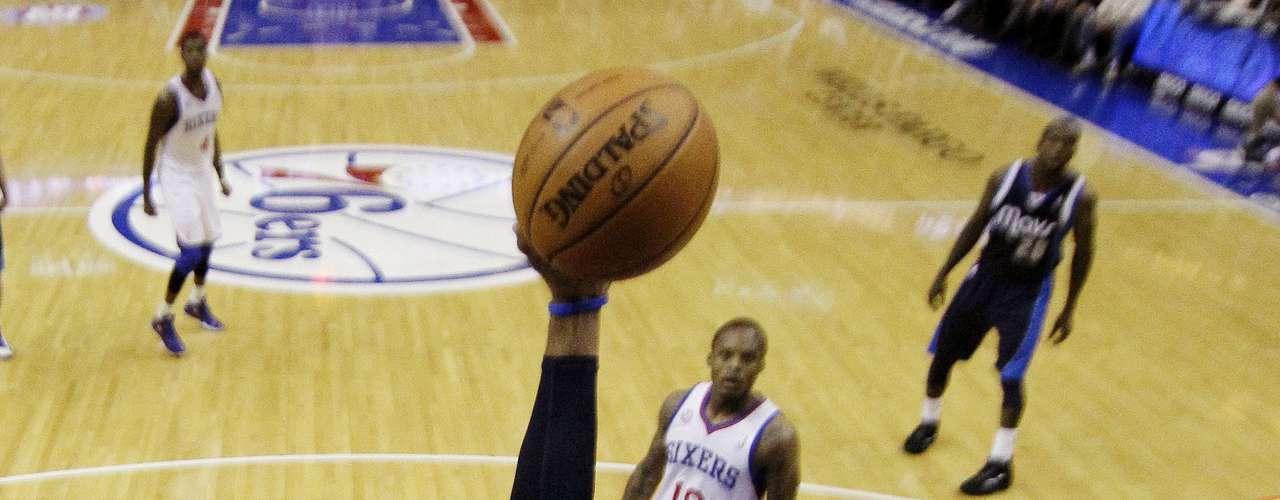 Vince Carter estuvo muy activo en el enfrentamiento ante los Sixers.