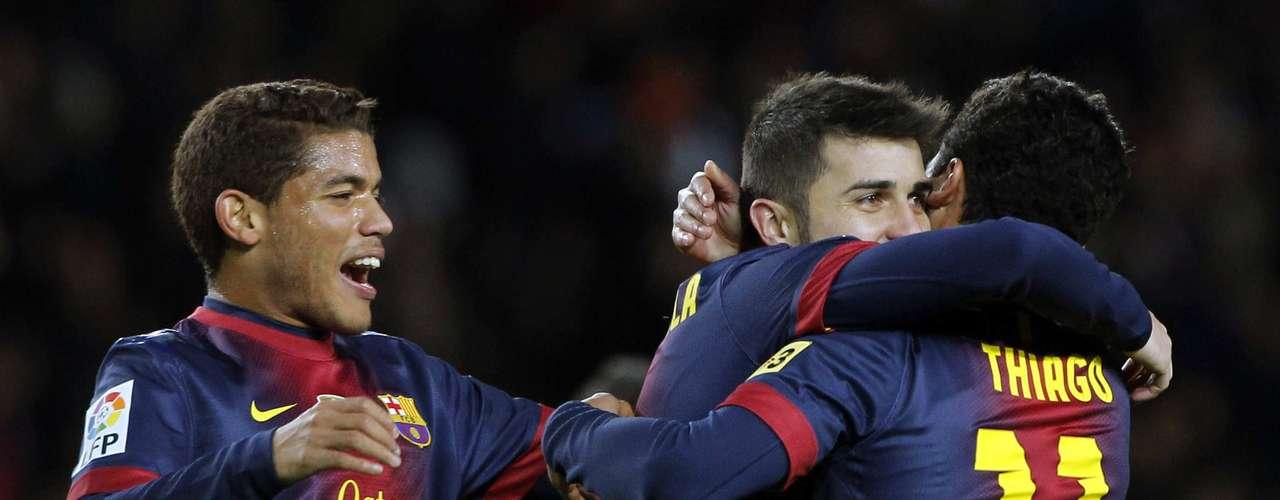 David Villa se abraza con Thiago Alcántara para celebrar el gol que adelanta al Barcelona