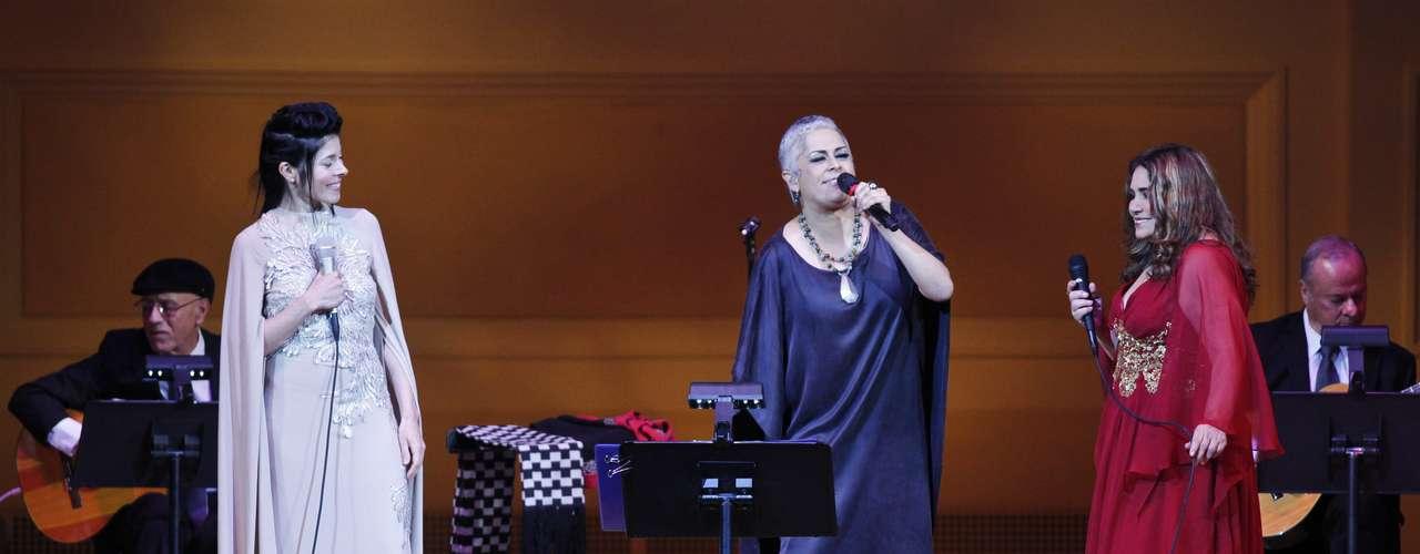Eugenia León, Tania Libertad y Ely Guerra unieron sus voces y sentimiento para rendir tributo a Chavela Vargas en el mismo escenario del Carnegie Hall donde la icónica cantante presentó su único concierto en Nueva York, en 2003, reseñó EFE.